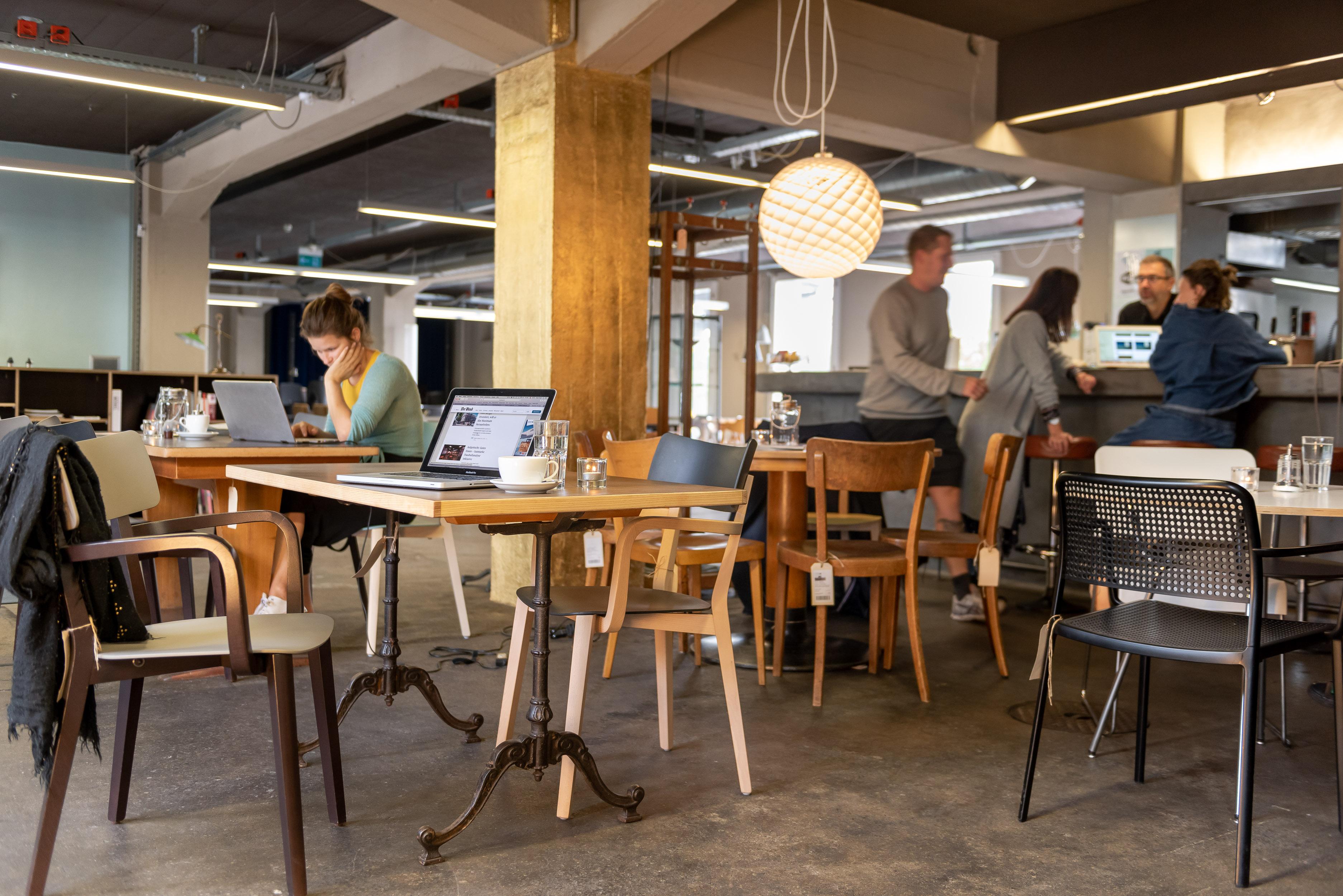 urbaner coworking space inmitten designmöbel in zollikofen